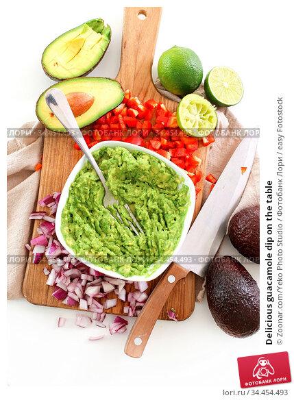 Delicious guacamole dip on the table. Стоковое фото, фотограф Zoonar.com/Yeko Photo Studio / easy Fotostock / Фотобанк Лори
