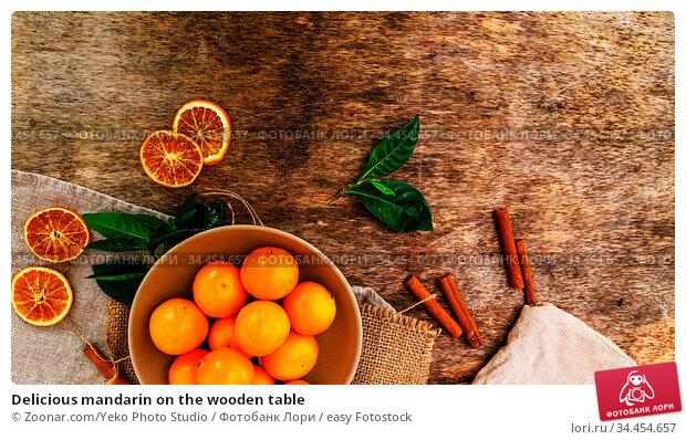 Delicious mandarin on the wooden table. Стоковое фото, фотограф Zoonar.com/Yeko Photo Studio / easy Fotostock / Фотобанк Лори