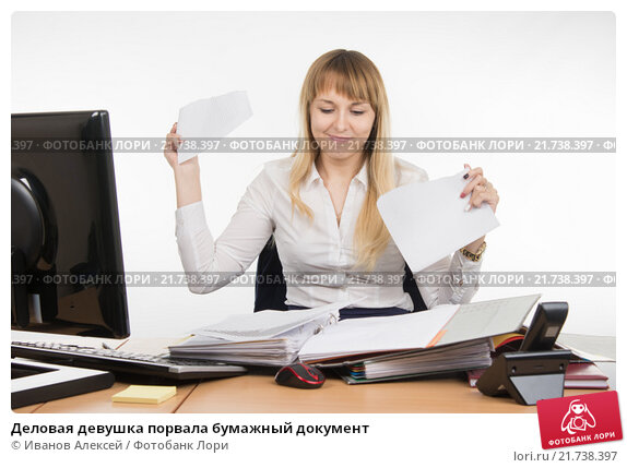 Деловая девушка порвала бумажный документ, фото № 21738397, снято 23 января 2016 г. (c) Иванов Алексей / Фотобанк Лори