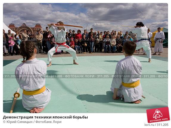 Купить «Демонстрация техники японской борьбы», фото № 311205, снято 31 мая 2008 г. (c) Юрий Синицын / Фотобанк Лори