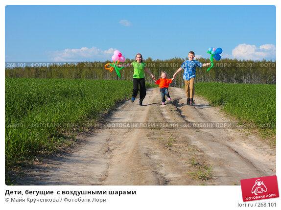 Дети, бегущие  с воздушными шарами, фото № 268101, снято 26 апреля 2008 г. (c) Майя Крученкова / Фотобанк Лори