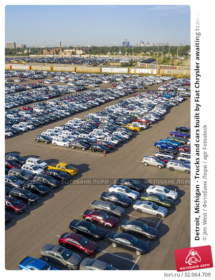 Detroit, Michigan - Trucks and cars built by Fiat Chrysler awaiting transport to dealers at FCA's Jefferson North Assembly Plant. Railroad auto carriers, top, are used to ship many of the vehicles. Стоковое фото, фотограф Jim West / age Fotostock / Фотобанк Лори