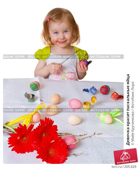 Девочка красит пасхальные яйца, фото № 205629, снято 19 февраля 2008 г. (c) Майя Крученкова / Фотобанк Лори