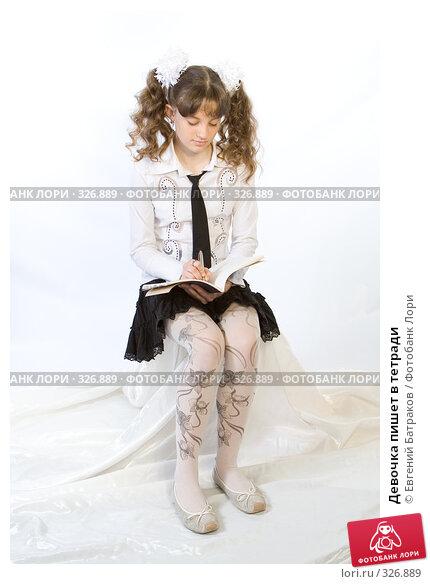 Девочка пишет в тетради, фото № 326889, снято 23 марта 2008 г. (c) Евгений Батраков / Фотобанк Лори