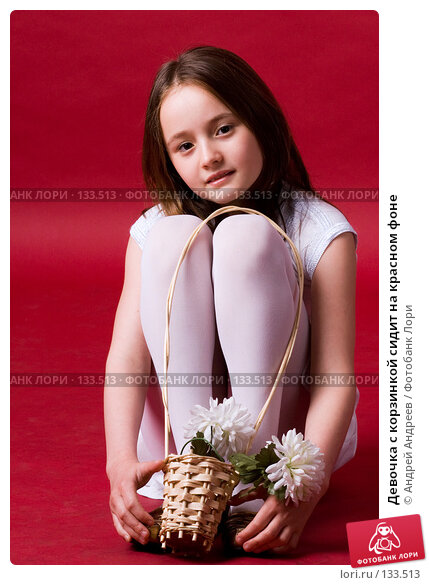 Девочка с корзинкой сидит на красном фоне, фото № 133513, снято 6 июня 2007 г. (c) Андрей Андреев / Фотобанк Лори