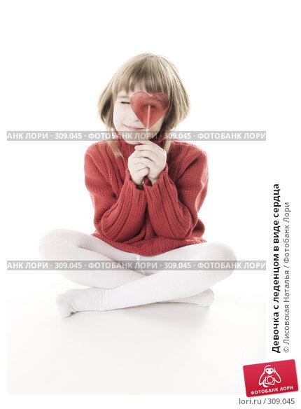 Девочка с леденцом в виде сердца, фото № 309045, снято 20 января 2008 г. (c) Лисовская Наталья / Фотобанк Лори