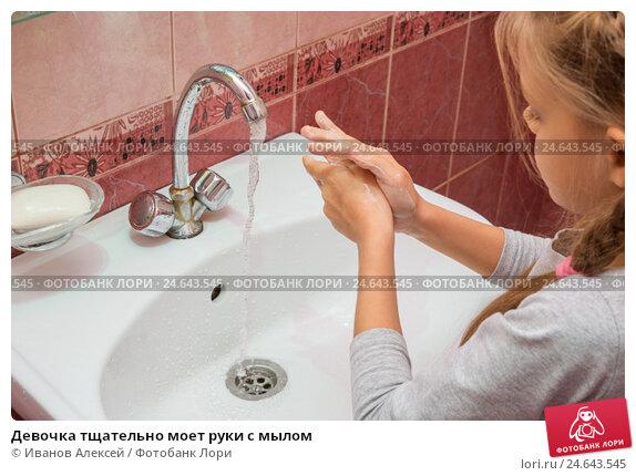 Купить «Девочка тщательно моет руки с мылом», фото № 24643545, снято 13 декабря 2016 г. (c) Иванов Алексей / Фотобанк Лори