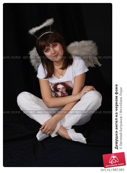 Купить «Девушка-ангел на черном фоне», фото № 887081, снято 3 мая 2009 г. (c) Евгений Батраков / Фотобанк Лори