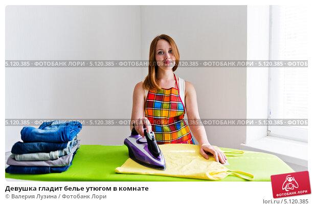 фото девушка гладит утюгом автомобилей (коробки одеждой