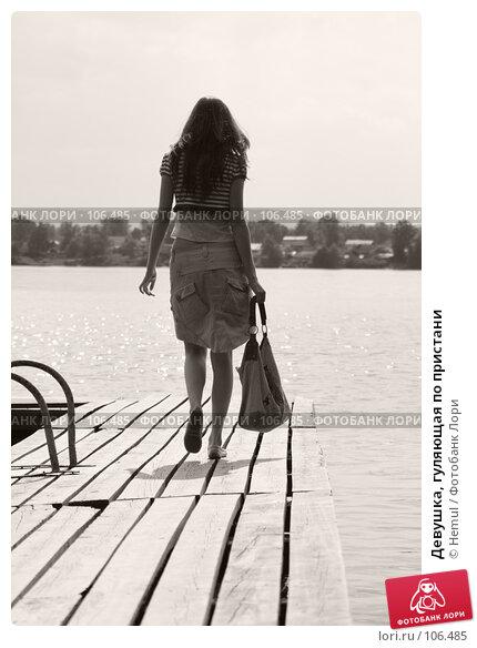 Девушка, гуляющая по пристани, фото № 106485, снято 25 июня 2007 г. (c) Hemul / Фотобанк Лори