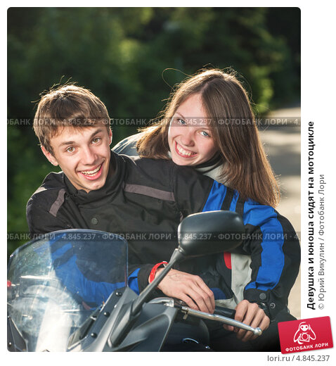 Купить «Девушка и юноша сидят на мотоцикле», фото № 4845237, снято 13 июня 2013 г. (c) Юрий Викулин / Фотобанк Лори