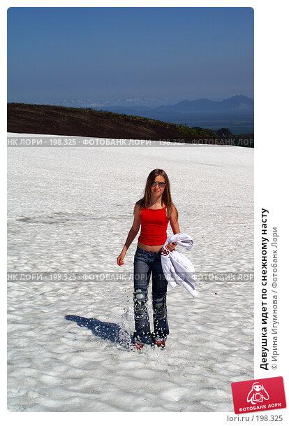 Девушка идет по снежному насту, фото № 198325, снято 23 августа 2006 г. (c) Ирина Игумнова / Фотобанк Лори
