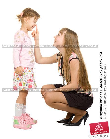 Девушка играет с маленькой девочкой, фото № 198353, снято 16 декабря 2007 г. (c) Вадим Пономаренко / Фотобанк Лори