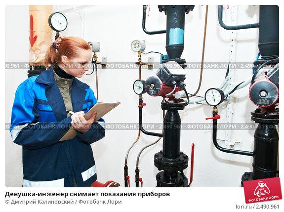 Купить «Девушка-инженер снимает показания приборов», фото № 2490961, снято 14 декабря 2019 г. (c) Дмитрий Калиновский / Фотобанк Лори