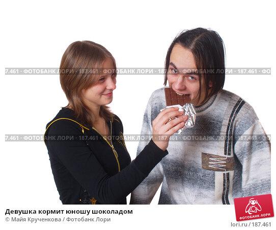 Девушка кормит юношу шоколадом, фото № 187461, снято 5 января 2008 г. (c) Майя Крученкова / Фотобанк Лори
