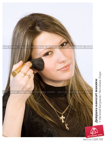 Девушка наносит макияж, фото № 229729, снято 4 января 2008 г. (c) Евгений Батраков / Фотобанк Лори