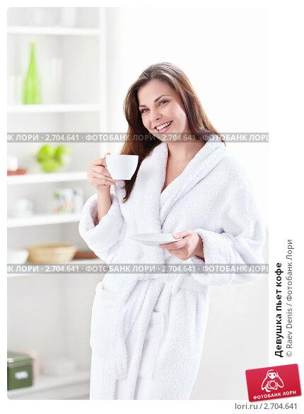 в халате стуле на и на девушки кухне фото