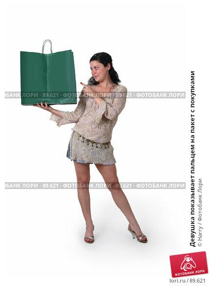 Девушка показывает пальцем на пакет с покупками, фото № 89621, снято 21 июня 2007 г. (c) Harry / Фотобанк Лори