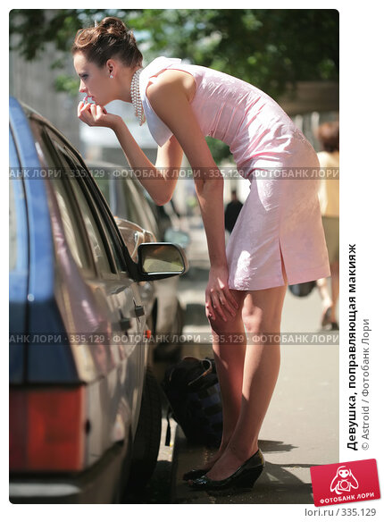 Девушка, поправляющая макияж, фото № 335129, снято 23 июня 2008 г. (c) Astroid / Фотобанк Лори