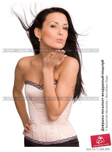 Купить «Девушка посылает воздушный поцелуй», фото № 1266505, снято 13 декабря 2008 г. (c) Валентин Мосичев / Фотобанк Лори