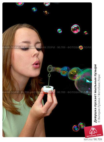 Девушка пускает мыльные пузыри, фото № 90709, снято 18 сентября 2007 г. (c) Валерия Потапова / Фотобанк Лори