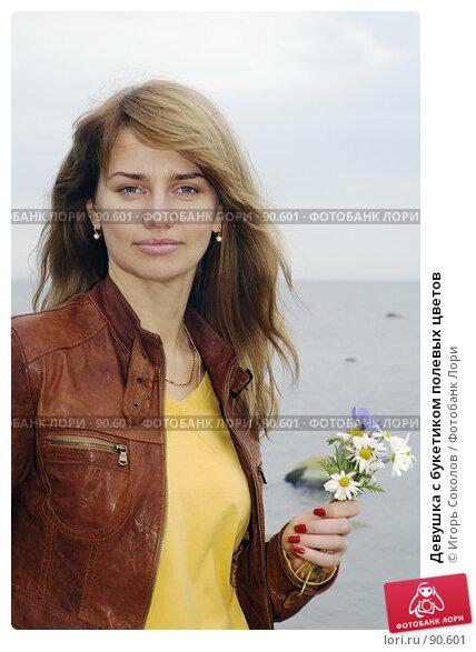 Девушка с букетиком полевых цветов, фото № 90601, снято 5 декабря 2016 г. (c) Игорь Соколов / Фотобанк Лори