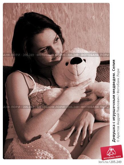 Девушка с игрушечным медведем. Сепия, фото № 205249, снято 9 февраля 2008 г. (c) Арестов Андрей Павлович / Фотобанк Лори