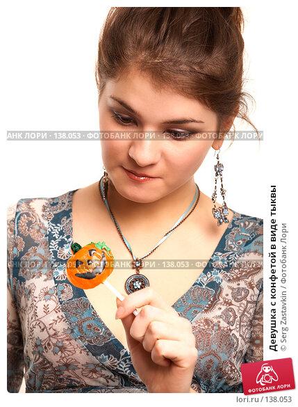 Девушка с конфетой в виде тыквы, фото № 138053, снято 2 ноября 2006 г. (c) Serg Zastavkin / Фотобанк Лори