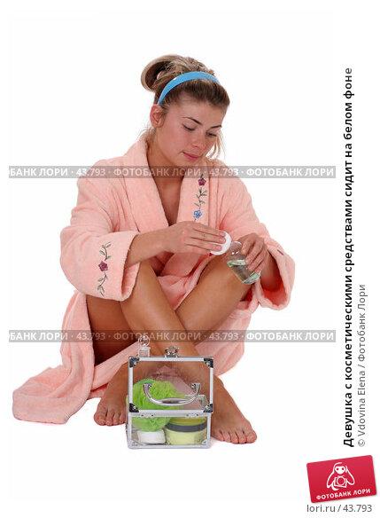 Купить «Девушка с косметическими средствами сидит на белом фоне», фото № 43793, снято 12 мая 2007 г. (c) Vdovina Elena / Фотобанк Лори