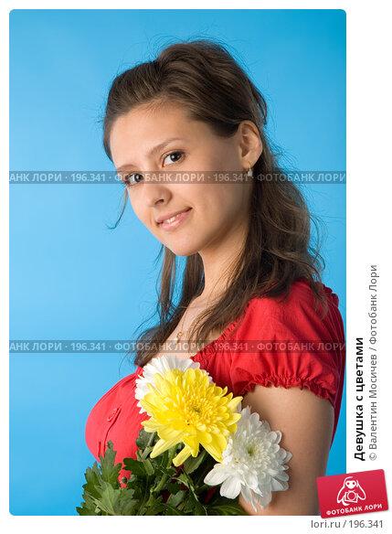 Девушка с цветами, фото № 196341, снято 26 мая 2007 г. (c) Валентин Мосичев / Фотобанк Лори