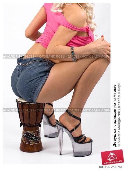 Девушка, сидящая на тамтаме, фото № 254781, снято 8 марта 2008 г. (c) Михаил Мандрыгин / Фотобанк Лори