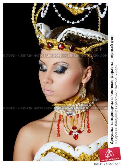 Купить «Девушка танцовщица в костюме фараона, черный фон», фото № 4555729, снято 20 октября 2012 г. (c) Воронин Владимир Сергеевич / Фотобанк Лори