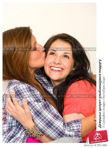 Девушка целует подругу видео фото 692-519