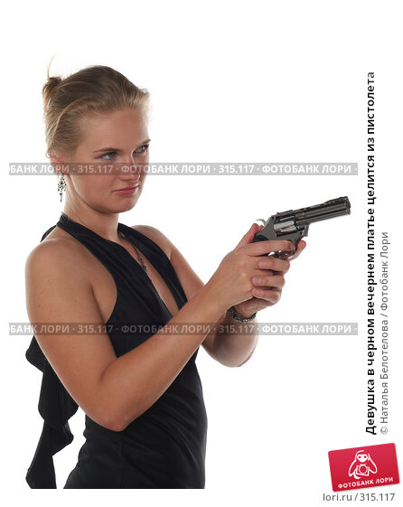 Девушка в черном вечернем платье целится из пистолета, фото № 315117, снято 1 июня 2008 г. (c) Наталья Белотелова / Фотобанк Лори