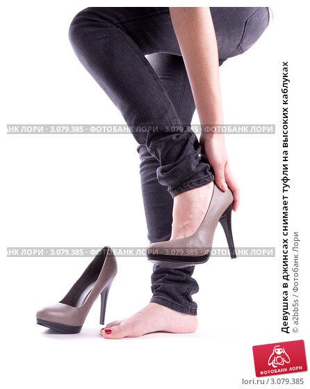 Девушка снимает туфли на работе модельный бизнес спасск дальний