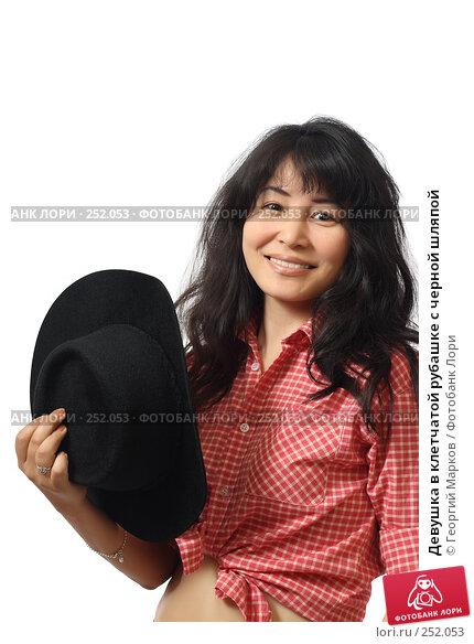 Девушка в клетчатой рубашке с черной шляпой, фото № 252053, снято 2 июня 2007 г. (c) Георгий Марков / Фотобанк Лори