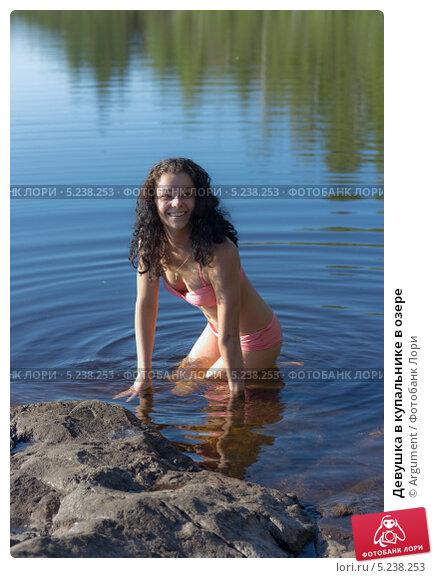 девушки снимают купальник на берегу водоёма-фото