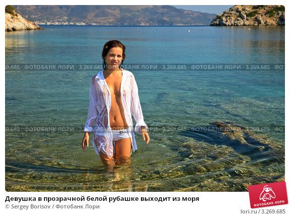devushki-v-prozrachnom-na-more