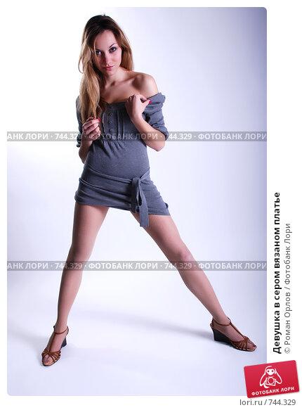 Фото девушка стоя раздвигает ноги же
