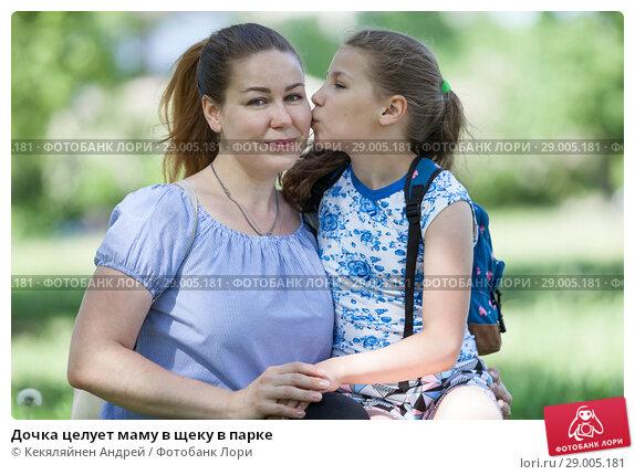 Купить «Дочка целует маму в щеку в парке», фото № 29005181, снято 3 июня 2018 г. (c) Кекяляйнен Андрей / Фотобанк Лори