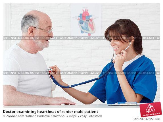 Doctor examining heartbeat of senior male patient. Стоковое фото, фотограф Zoonar.com/Tatiana Badaeva / easy Fotostock / Фотобанк Лори