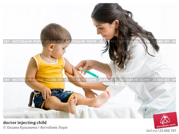 Купить «doctor injecting child», фото № 23666181, снято 3 сентября 2014 г. (c) Оксана Кузьмина / Фотобанк Лори