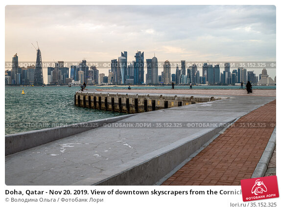 Doha, Qatar - Nov 20. 2019. View of downtown skyscrapers from the Corniche embankment. Редакционное фото, фотограф Володина Ольга / Фотобанк Лори