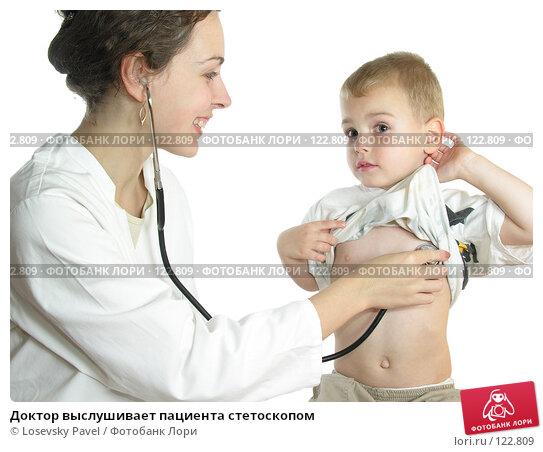 Доктор выслушивает пациента стетоскопом, фото № 122809, снято 19 октября 2005 г. (c) Losevsky Pavel / Фотобанк Лори