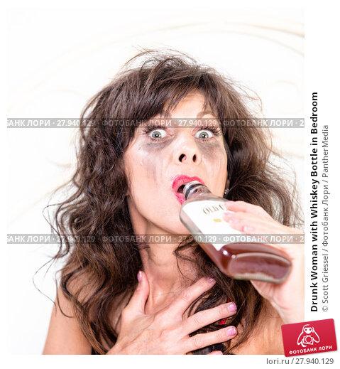 Купить «Drunk Woman with Whiskey Bottle in Bedroom», фото № 27940129, снято 31 марта 2020 г. (c) PantherMedia / Фотобанк Лори