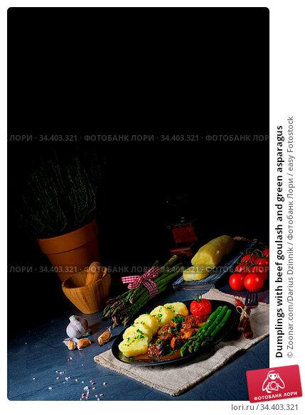 Dumplings with beef goulash and green asparagus. Стоковое фото, фотограф Zoonar.com/Darius Dzinnik / easy Fotostock / Фотобанк Лори