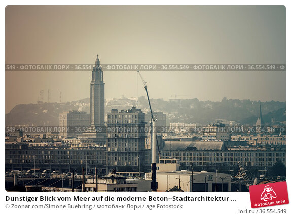 Dunstiger Blick vom Meer auf die moderne Beton--Stadtarchitektur ... Стоковое фото, фотограф Zoonar.com/Simone Buehring / age Fotostock / Фотобанк Лори