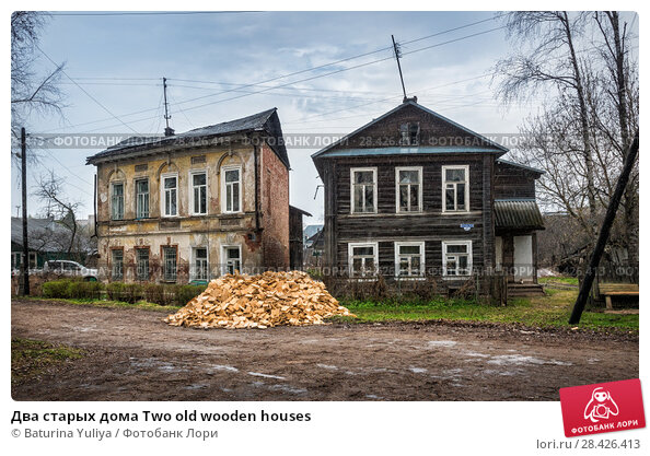 Купить «Два старых дома Two old wooden houses», фото № 28426413, снято 1 мая 2018 г. (c) Baturina Yuliya / Фотобанк Лори