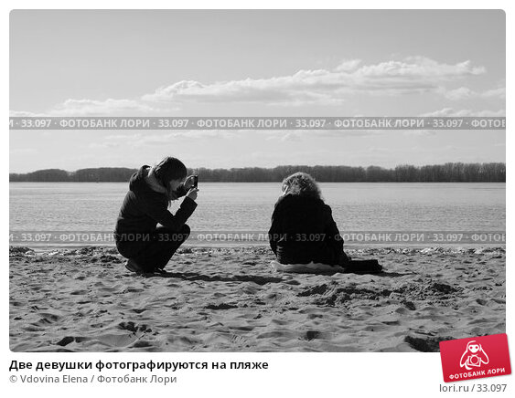 Две девушки фотографируются на пляже, фото № 33097, снято 15 апреля 2007 г. (c) Vdovina Elena / Фотобанк Лори