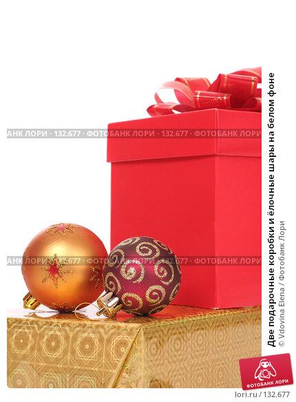 Две подарочные коробки и ёлочные шары на белом фоне, фото № 132677, снято 15 ноября 2007 г. (c) Vdovina Elena / Фотобанк Лори